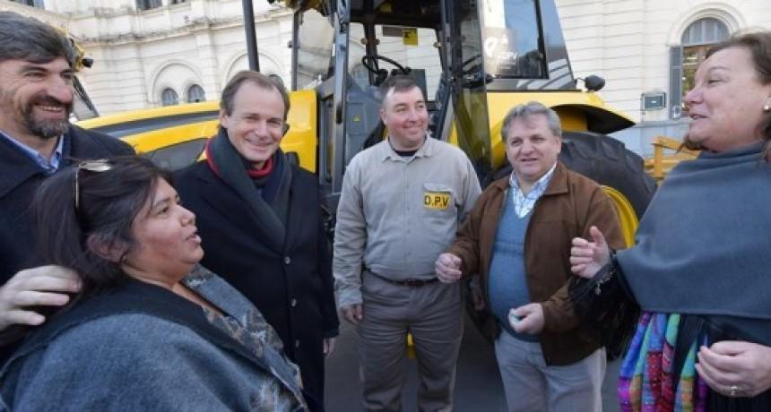 La Senadora Nancy Susana Miranda y el jefe de la zonal de Vialidad de Federal, recibieron equipamientos para la zonal local