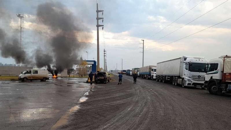 Más de 10 puertos agroexportadores, paralizados por piquetes: se frenó la salida de granos