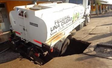 Camión del Municipio quedó enterrado tras desmoronamiento de piso