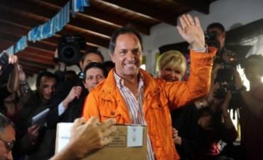 Scioli aventaja a Macri por 10 puntos en la primera encuesta tras las PASO