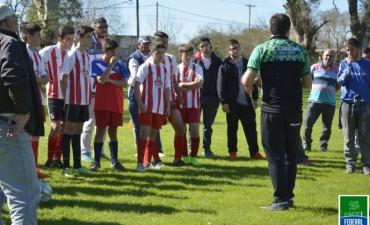 Miembros del Club Huracan brindaron una charla y realizaron una prueba de jugadores