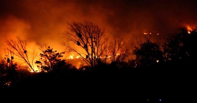 Intensos focos de incendio y 70 evacuados en Córdoba