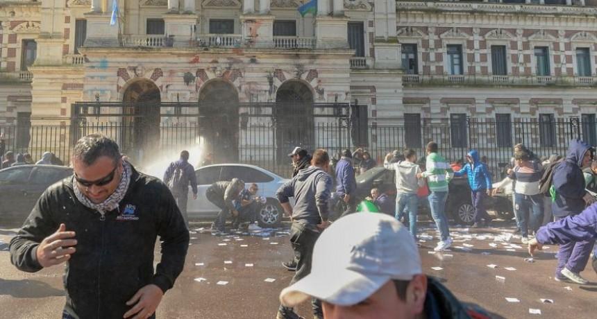 BATALLA CAMPAL POR LA REPRESIÓN A TRABAJADORES DE ASTILLEROS RIO SANTIAGO