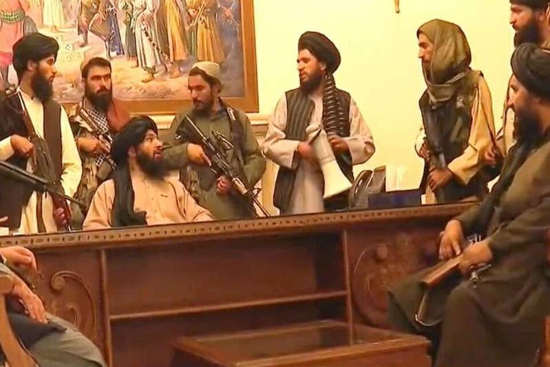 Afganistán: los talibanes ocuparon el palacio presidencial y varios países evacuan a sus diplomáticos