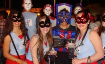 Los estudiantes comenzaron su festejo con la Fiesta de disfraces