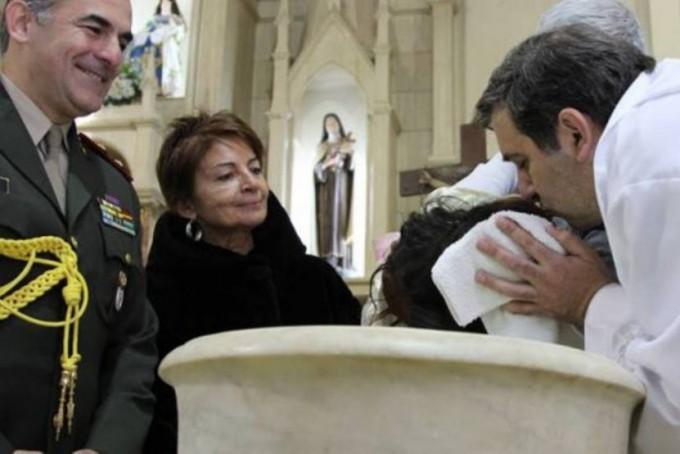Macri fue padrino de una nena de La Paz y se abre la polémica