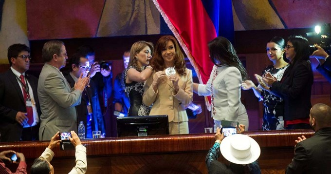 Cristina fue condecorada en Ecuador