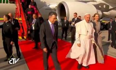 El Papa Francisco llegó a Colombia y fue recibido por el presidente Santos