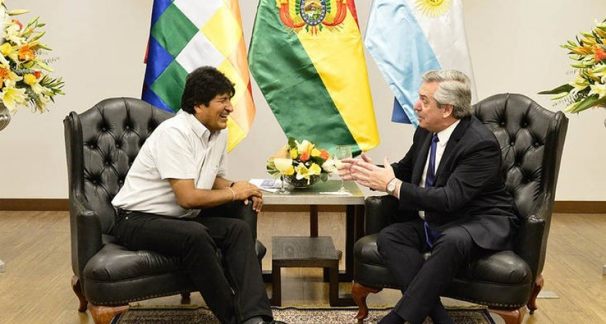 Alberto F. se reunió con Evo Morales en Bolivia y viaja a Perú