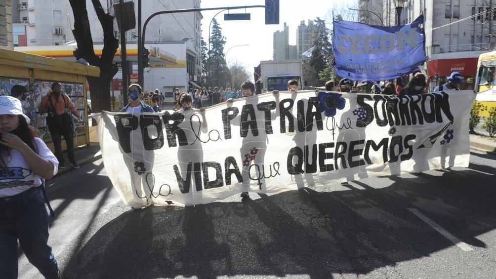 Con una caravana y una marcha, miles de estudiantes recuerdan