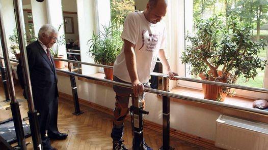 Hazaña médica: logran que un paralítico vuelva a caminar