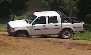Una camioneta quedó estancada tras desmoronarse la calle