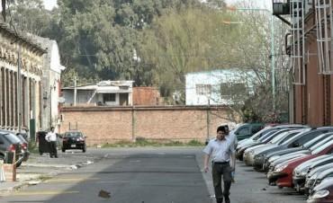 La Justicia ordenó demoler el muro que construyó Clarín en Barracas