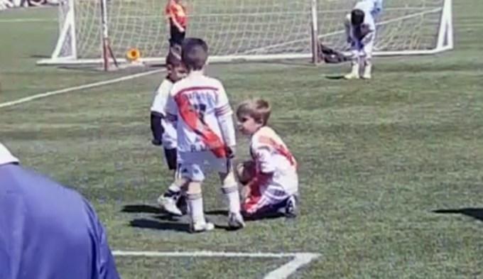 Este nene conmovió a todos en un partido de fútbol infantil