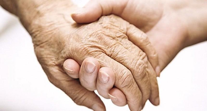 Se aprobó la regulación de la actividad de cuidadores domiciliarios