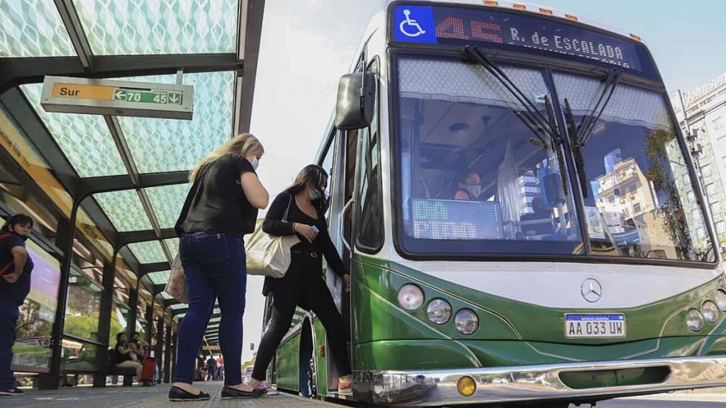 Conductores y pasajeros deberán seguir usando barbijos en unidades de transporte