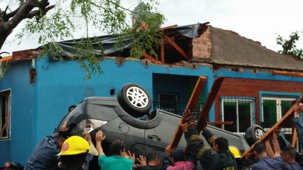 Cuatro heridos y graves destrozos por un tornado en Misiones