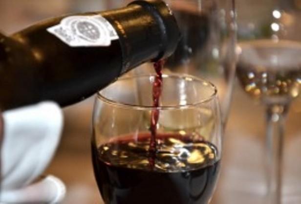 Afirman que una copa de vino tinto al día para mujeres y dos para los hombres reduce el estrés oxidativo