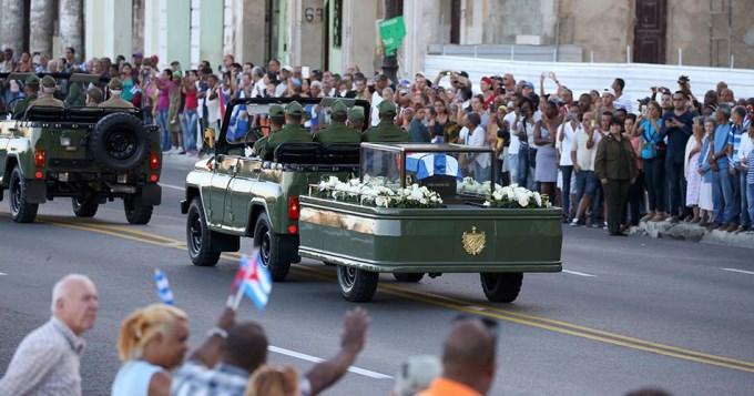 Multitudinaria caravana en el último adiós a Fidel