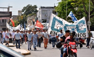 Movimientos de trabajadores y docentes marcharon contra medidas del Gobierno nacional y provincial