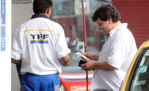 YPF podría bajar las naftas