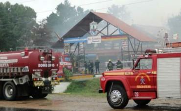 INCENDIO : Regionales La Alemana ubicada a la vera de la autopista fue devorado por el fuego