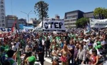Duras críticas a Macri y a Bordet  Una treintena de organizaciones se movilizaron unidas en contra de la reforma previsional del gobierno